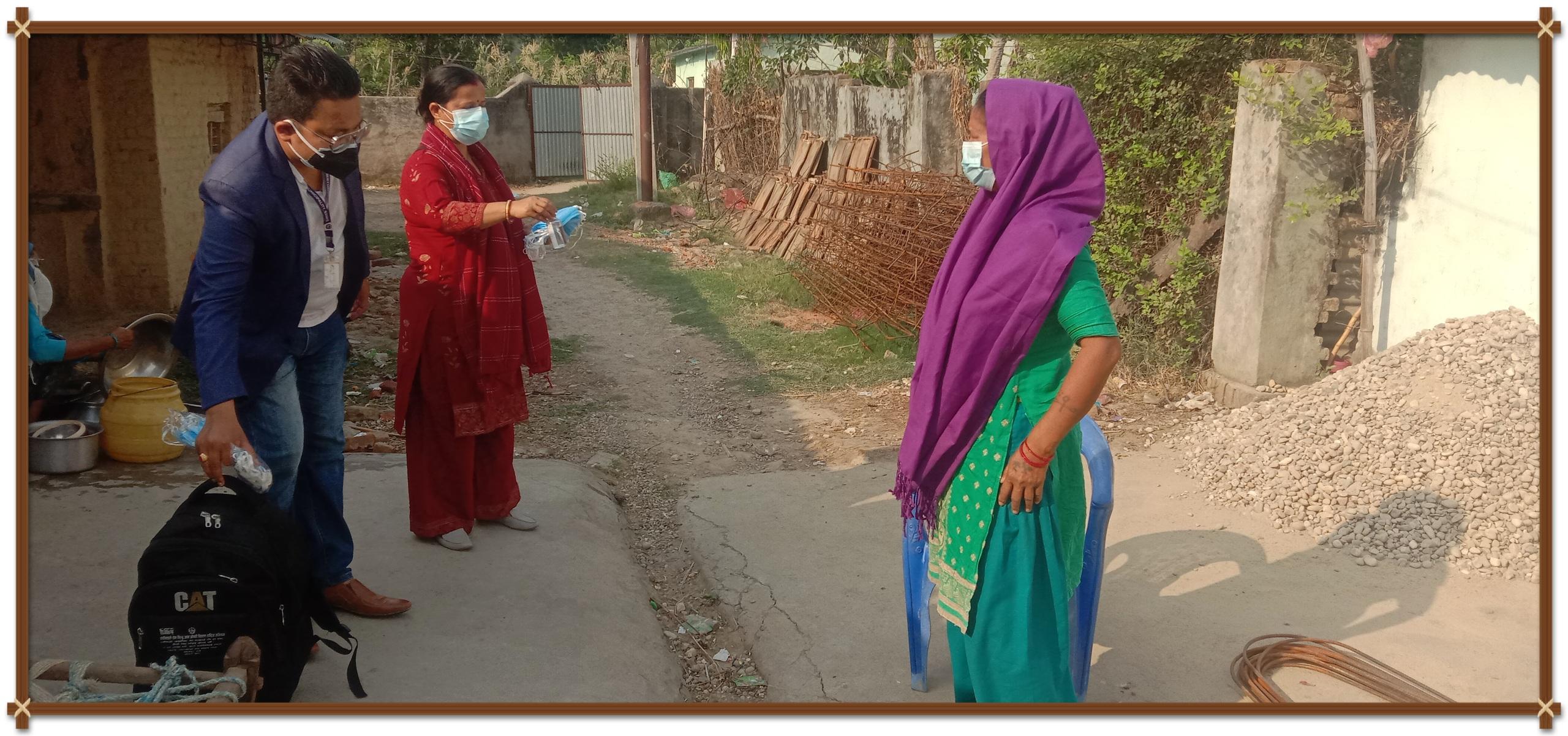 स्वास्थ्यकर्मी र स्वास्थ्य सामाग्री सहित कार्यपालिका सदस्य अधिकारी संक्रमितकाे घरमा